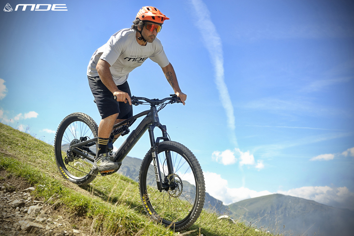 Un uomo in sella della nuova  mountain bike elettrica MDE Push3r 2021