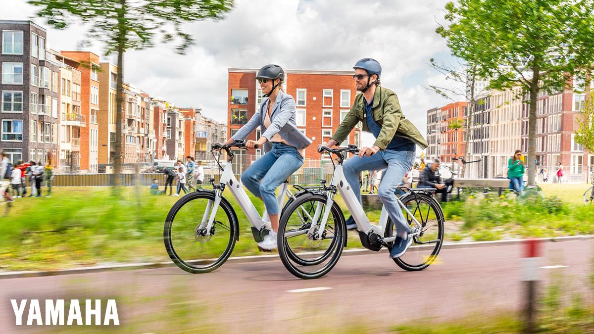 Due ragazzi pedalano in sella alla propria e-Bike in un parco