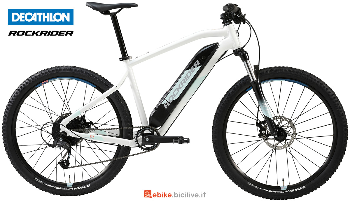Una mountain bike elettrica hardtail Decathlon Rockrider eST 100 W da rider donna