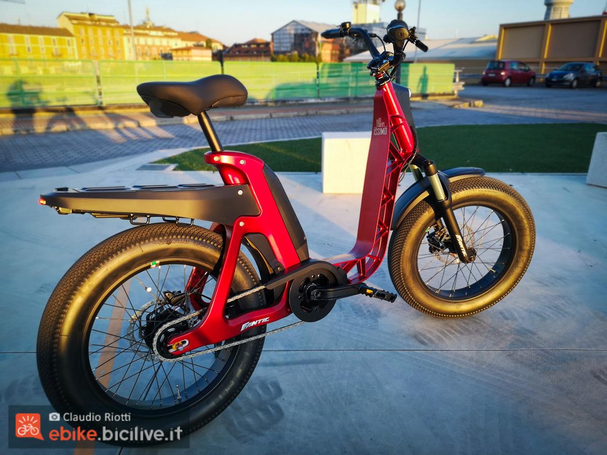 La nuova bici a pedalata assistita Fantic Issimo vista dal retro