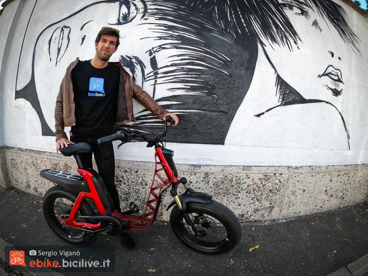 Il redattore BiciLive Sergio Viganò a fianco della nuova ebike urban Fantic ISSIMO