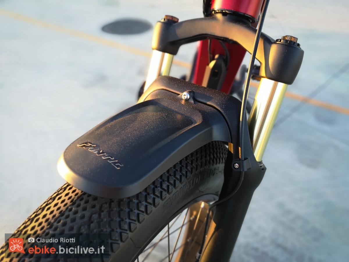 Dettaglio del parafanghi frontale della nuova bici elettrica urbana Fantic ISSIMO.