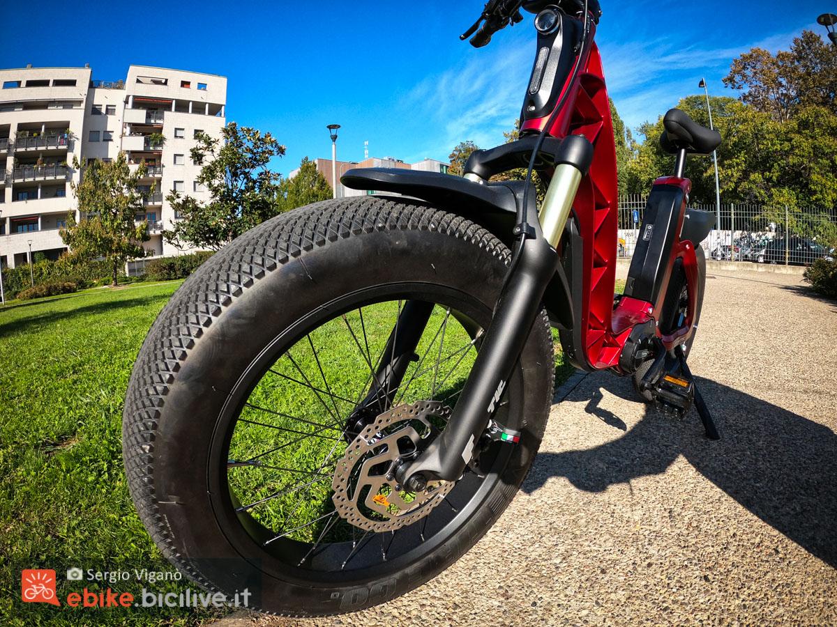 Il dettaglio della ruota grassa da 4 pollici della nuova ebike urbana Fantic ISSIMO