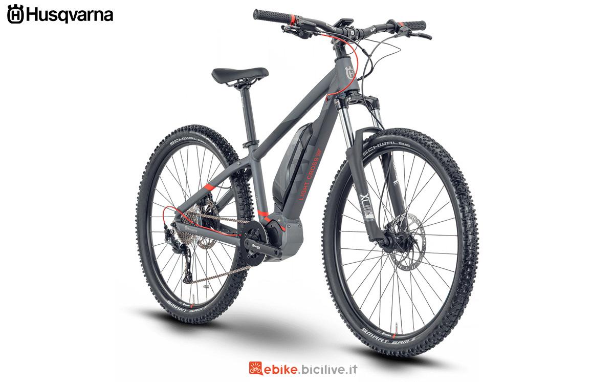 Una bici elettrica per ragazzi Husqvarna Light Cross JR 27.5 gamma 2021