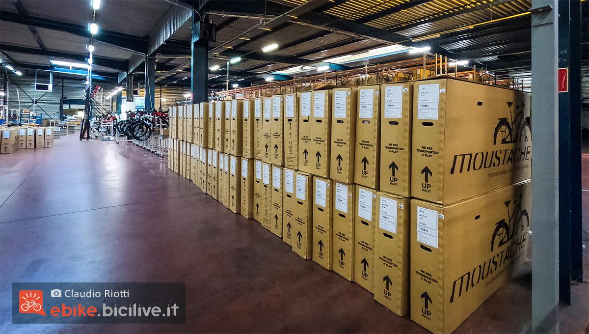 L'interno dei magazzini presso la sede Moustache Bikes in Francia