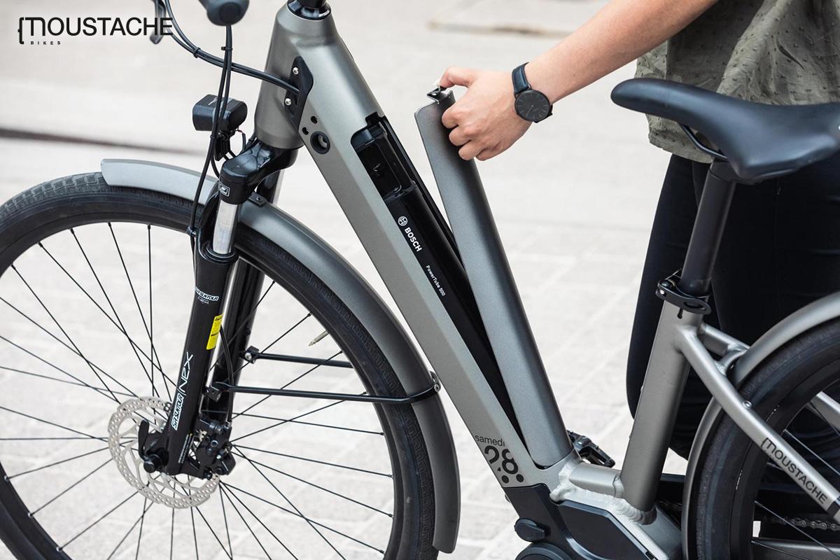 La rimozione della scocca presente sul telaio permette la facile estrazione della batteria dalla bici elettrica Moustache