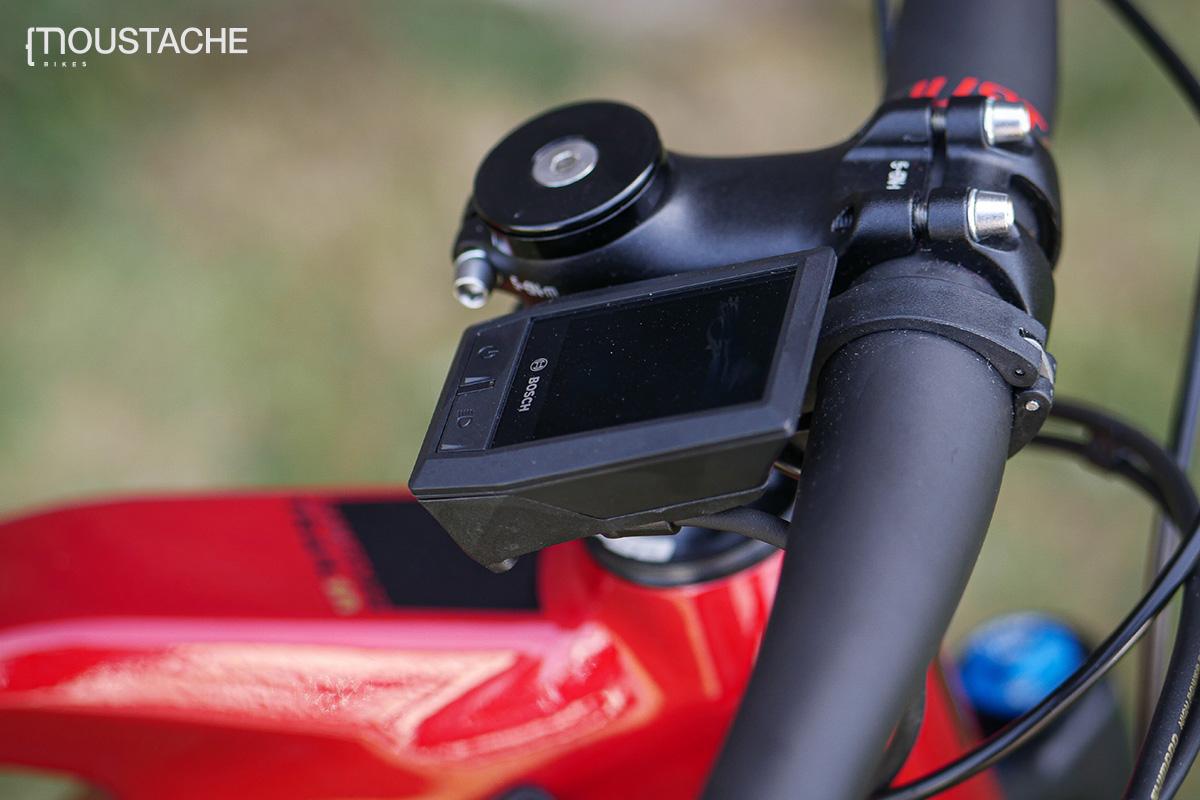 Un display Bosch Kiox montato sopra una ebike Moustache
