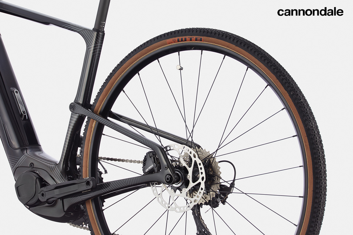 Particolare della parte posteriore della Cannondale Topstone Neo Carbon in cui si nota il sistema Kingpin Suspension