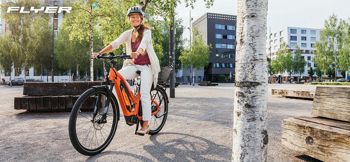 Una donna pedala in sella alla propria ebike Flyer 2021
