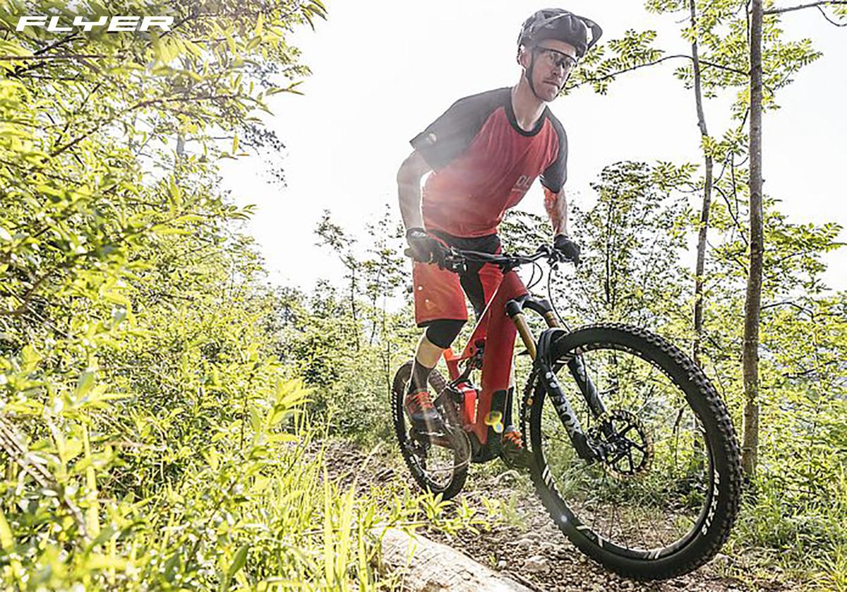 Un rider pedala una nuova emtb Flyer 2021