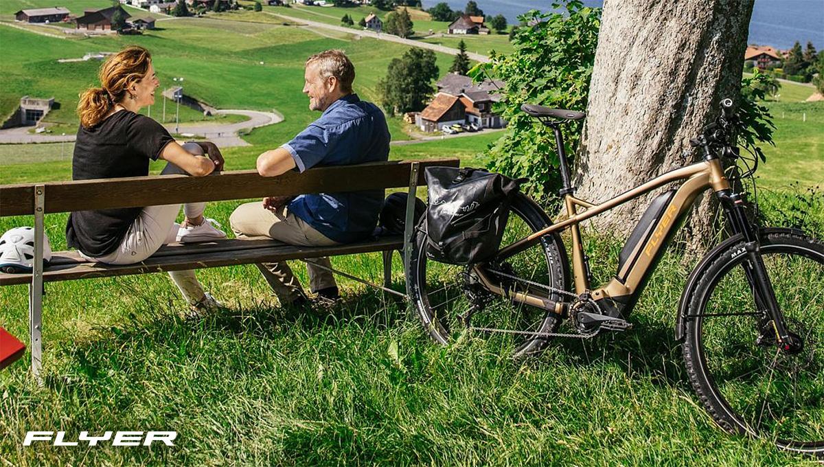 Una coppia si gode del tempo all'aperto a fianco della nuova ebike Flyer Goroc2 2021