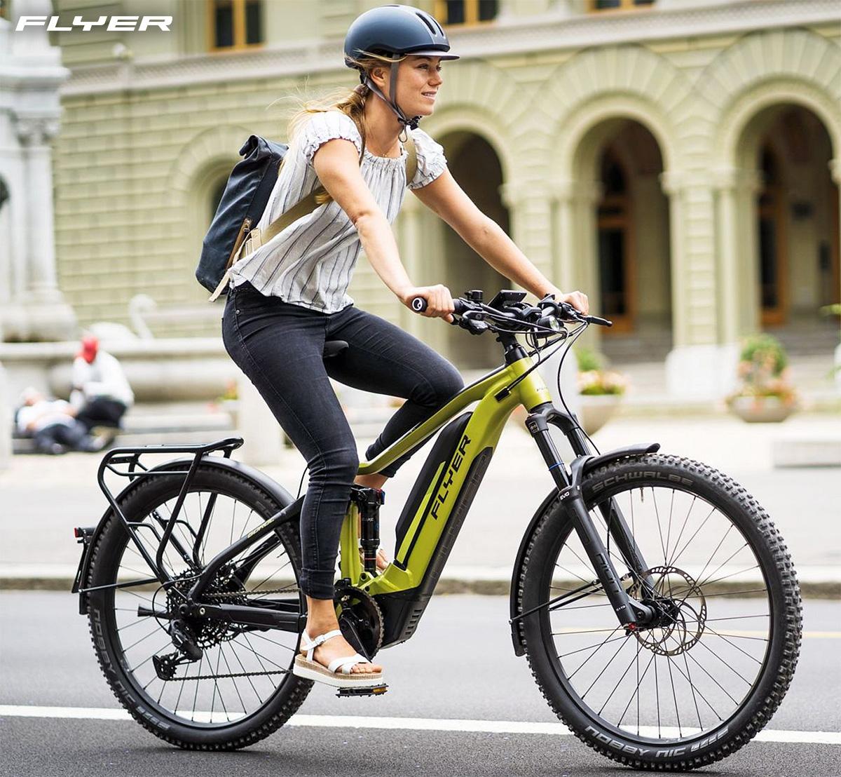Un ragazza in sella alla nuova ebike urbana Flyer Goroc 4 2021