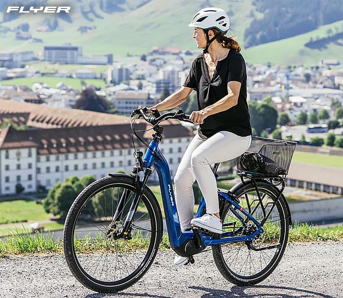 Una donna pedala sulla propria city bike elettrica Flyer Gotour 5 2021