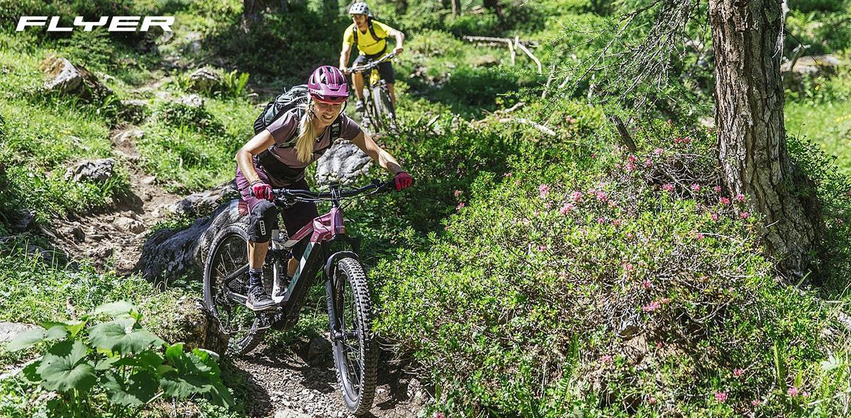 Una rider in sella alla nuova mountain bike elettrica Flyer Uproc 3 2021