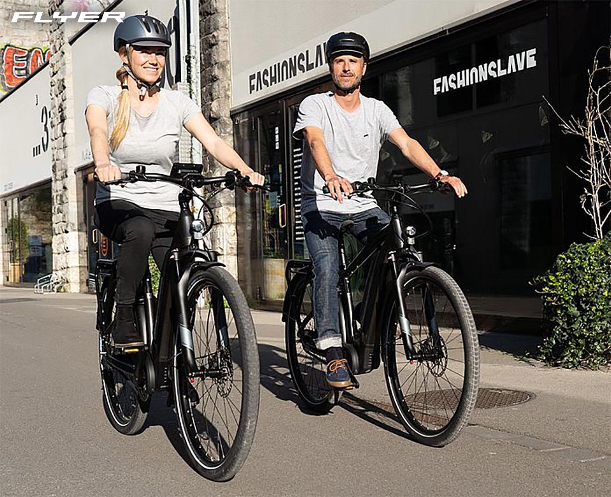 Una giovane coppia pedala su delle nuove Ebike Flyer Upstreet5 2021