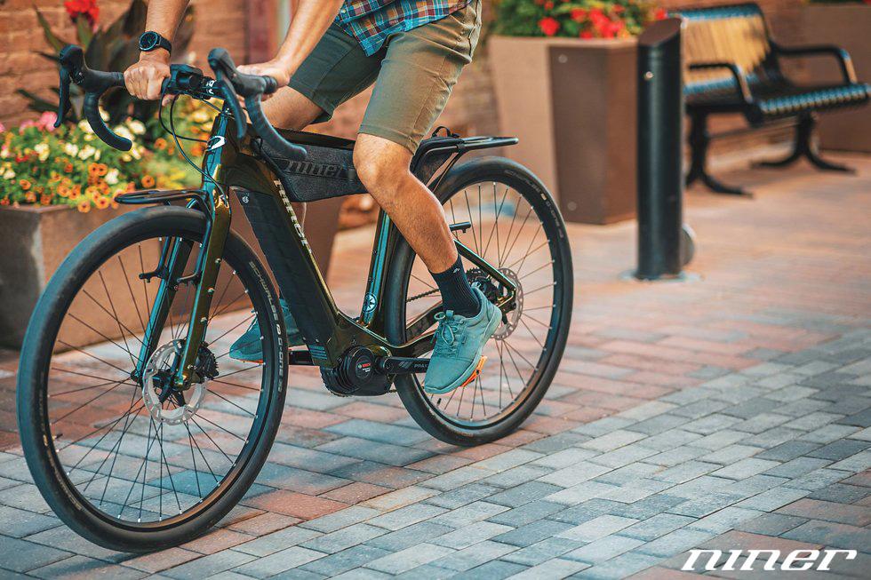 Ciclista uomo pedala in città su una ebike Niner RLT e9 RDO