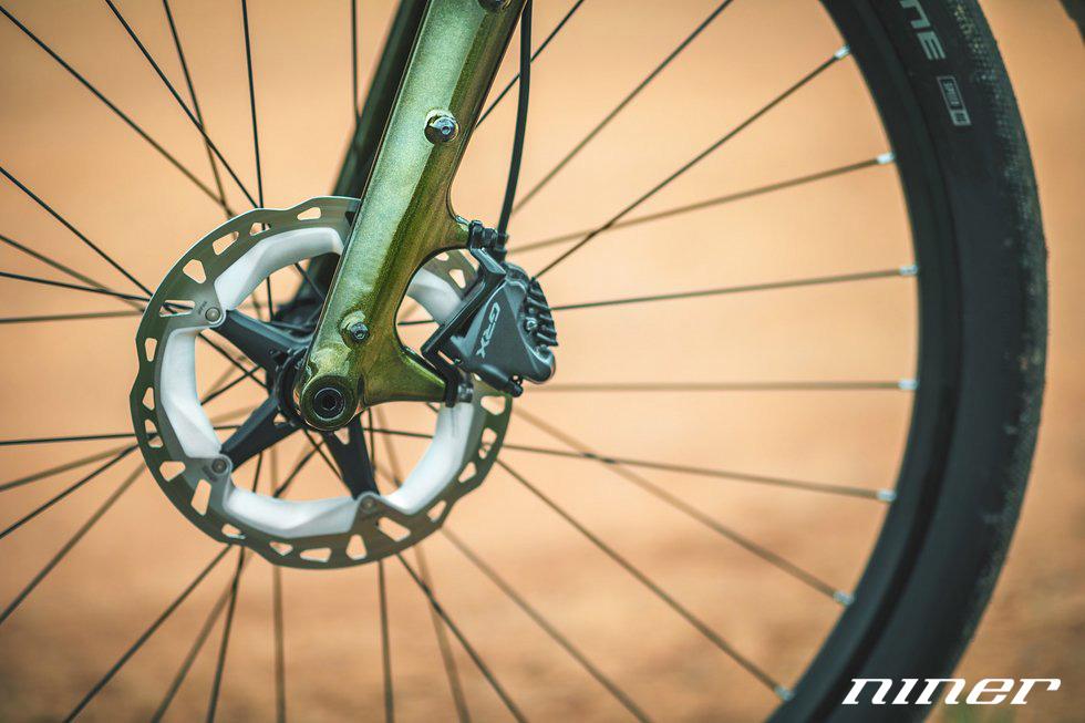Il freno a disco anteriore equipaggiato sulla bici a pedalata assistita Niner RLT e9 RDO