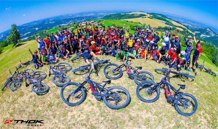 Foto di gruppo con tanti ciclisti passionati di ebike Thok