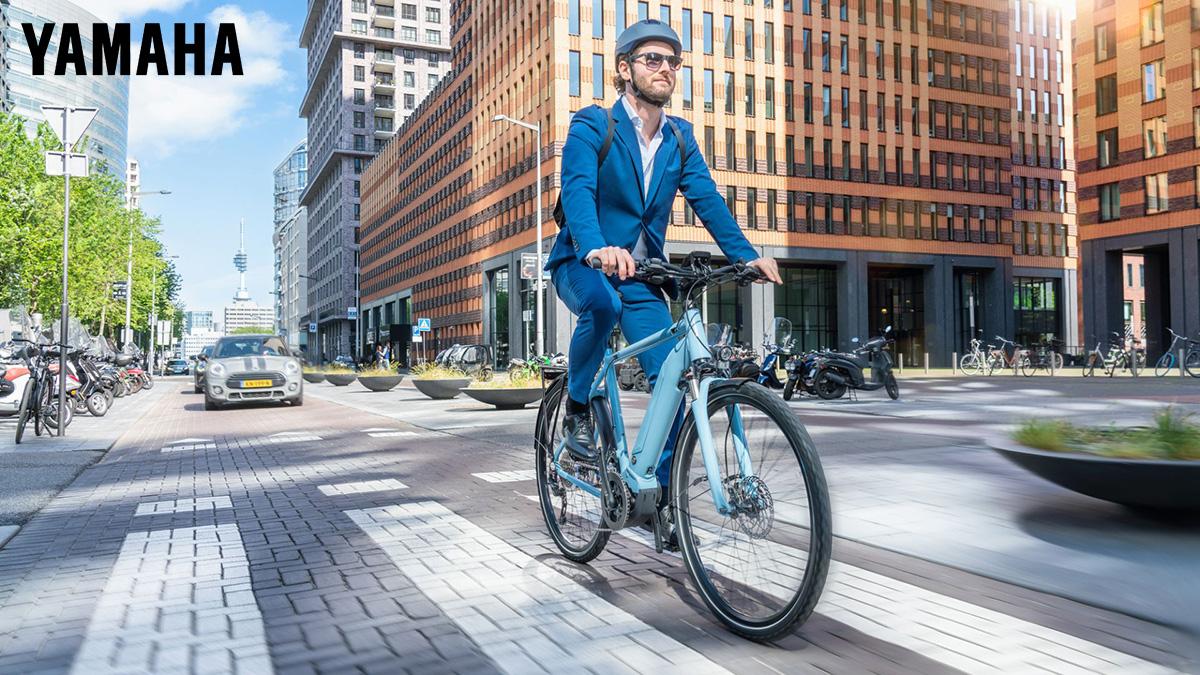 Un ragazzo pedala per le vie della città in sella alla sua ebike motorizzata Yamaha