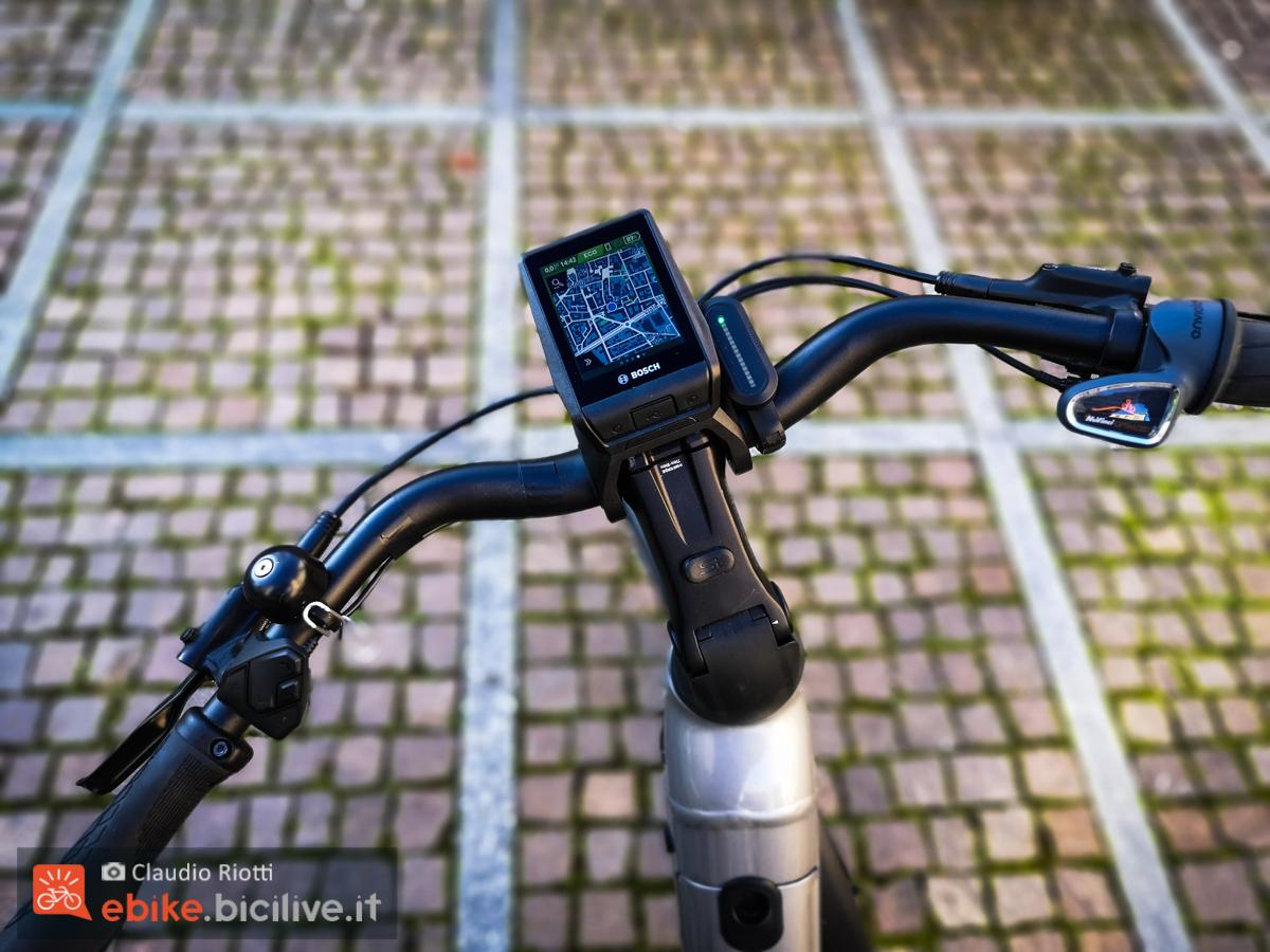 Foto del manubrio di una ebike con display Nyon 2021