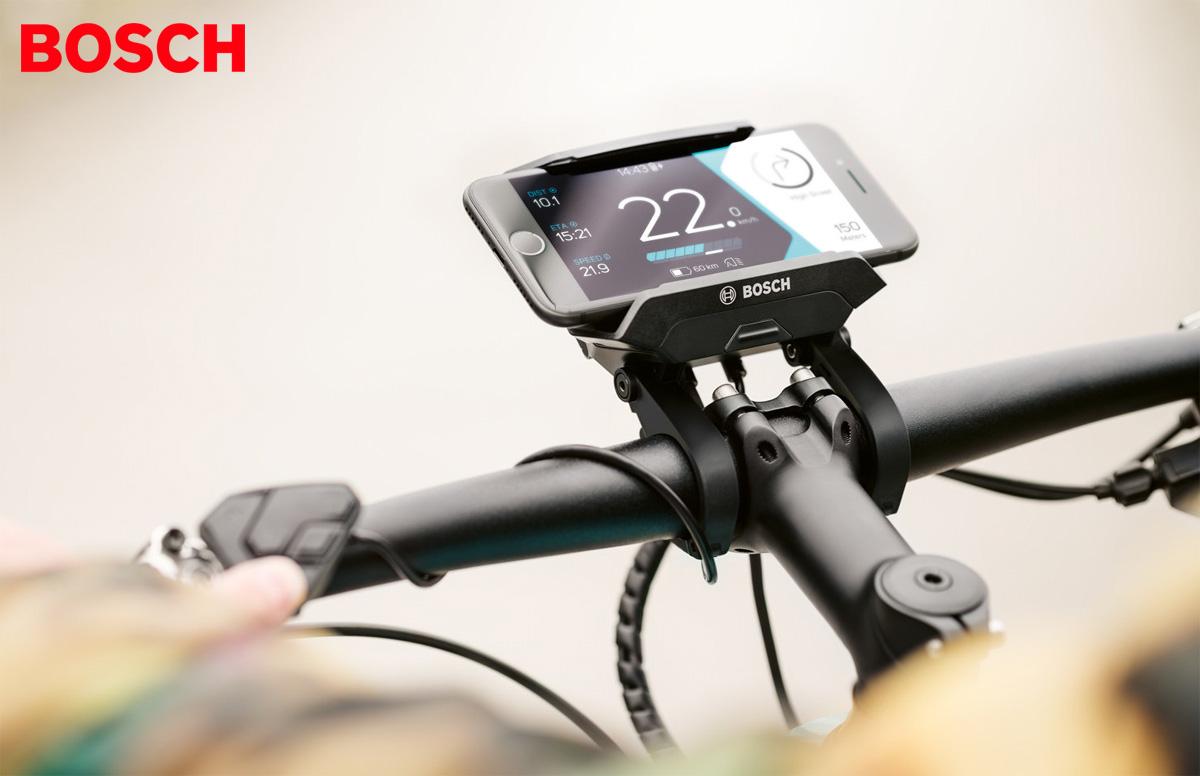 Un Bosch Smartphonehub montano sul manubrio di una e-bike