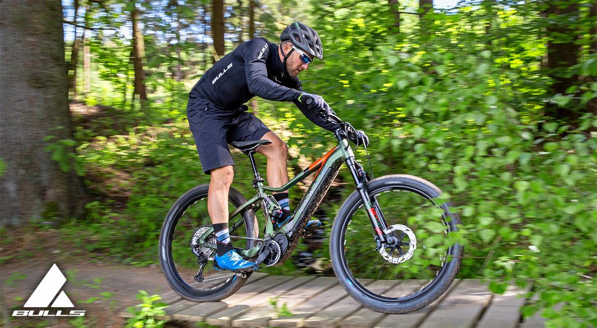 Un atleta affronta un percorso nel bosco in sella ad una nuova emtb Bulls bike 2021