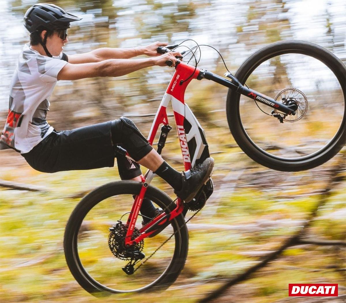 Un ragazzo impenna sulla nuova mtb elettrica Ducati Mig-S 2021