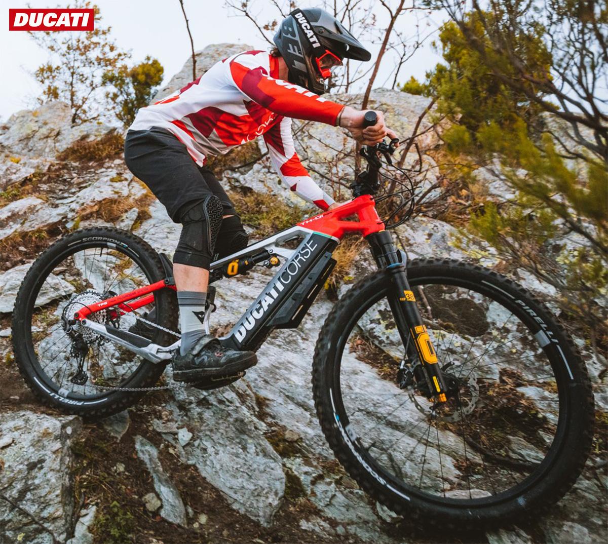 Un rider affronta un percorso montano in sella ad una nuova emtb Ducati 2021