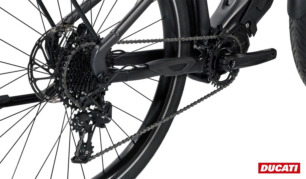 Dettaglio del gruppo e del motore montato sulla nuova bici elettrica da trekking Ducati E-Scrambler 2021
