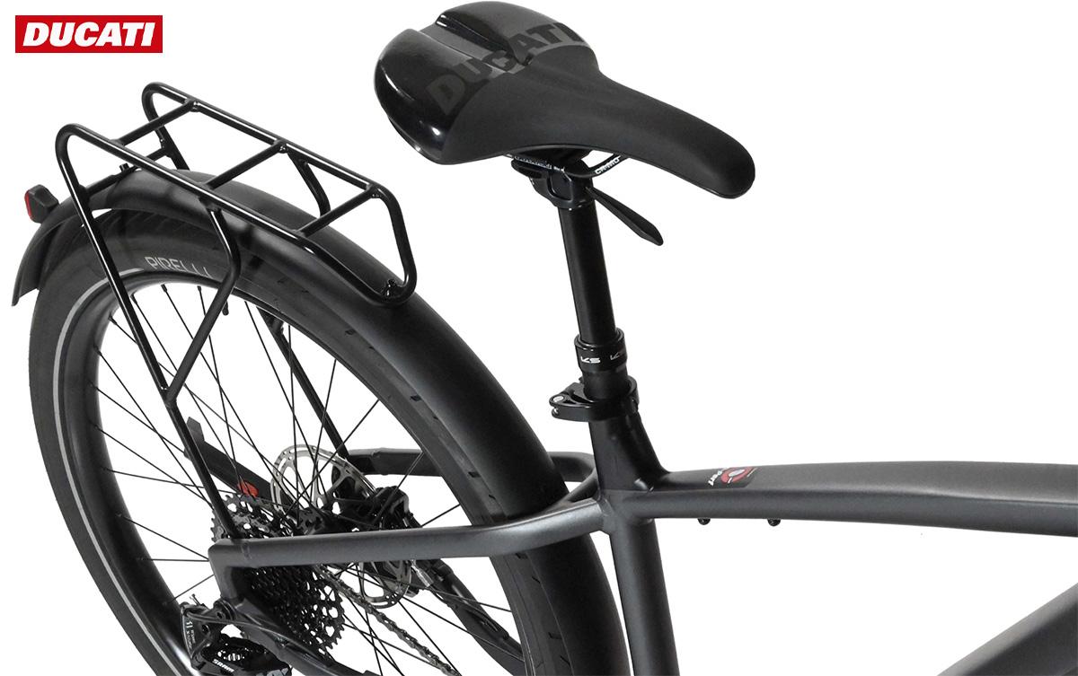 Dettaglio della sella montata sulla nuova bici e-trekking Ducati E-Scrambler 2021