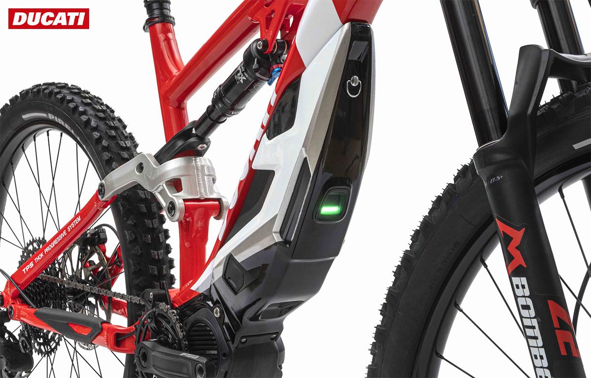 Dettaglio della batteria montata sulla nuova mountain bike elettrica Ducati Mig-S 2021