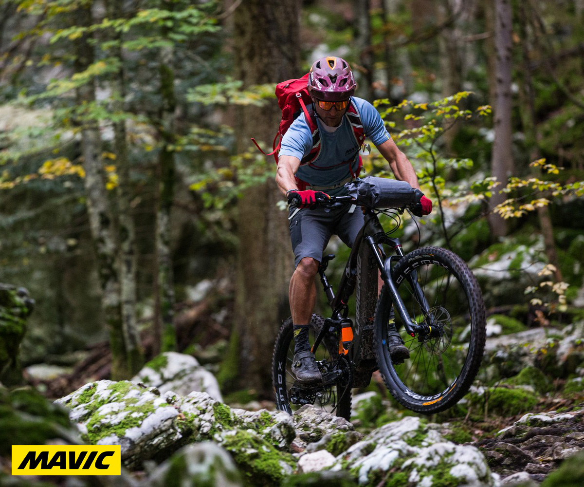 Un ragazzo pedala in sella a una mountain bike elettrica dotata di ruote E-Deemax