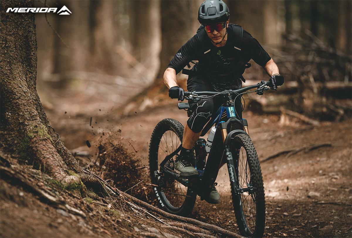 Un uomo percorre un percorso nel bosco in sella ad una nuova ebike mtb Merida eOne Sixty 2021