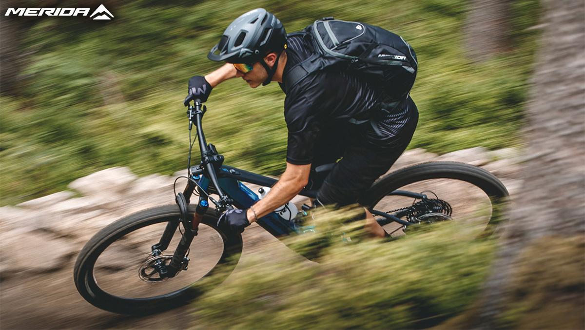 Un rider percorre un percorso nel bosco in sella ad una nuova mtb elettrica Merida eOne Sixty 2021
