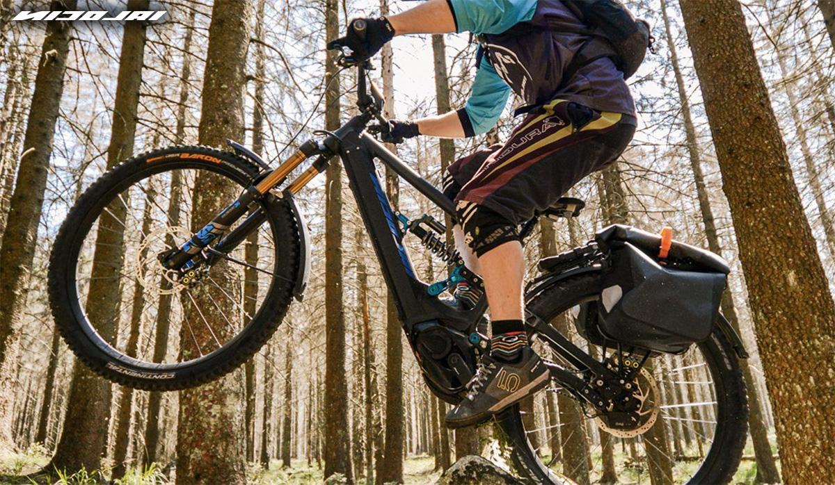 Un rider impenna con una nuova ebike Nicolai Eboxx 2021