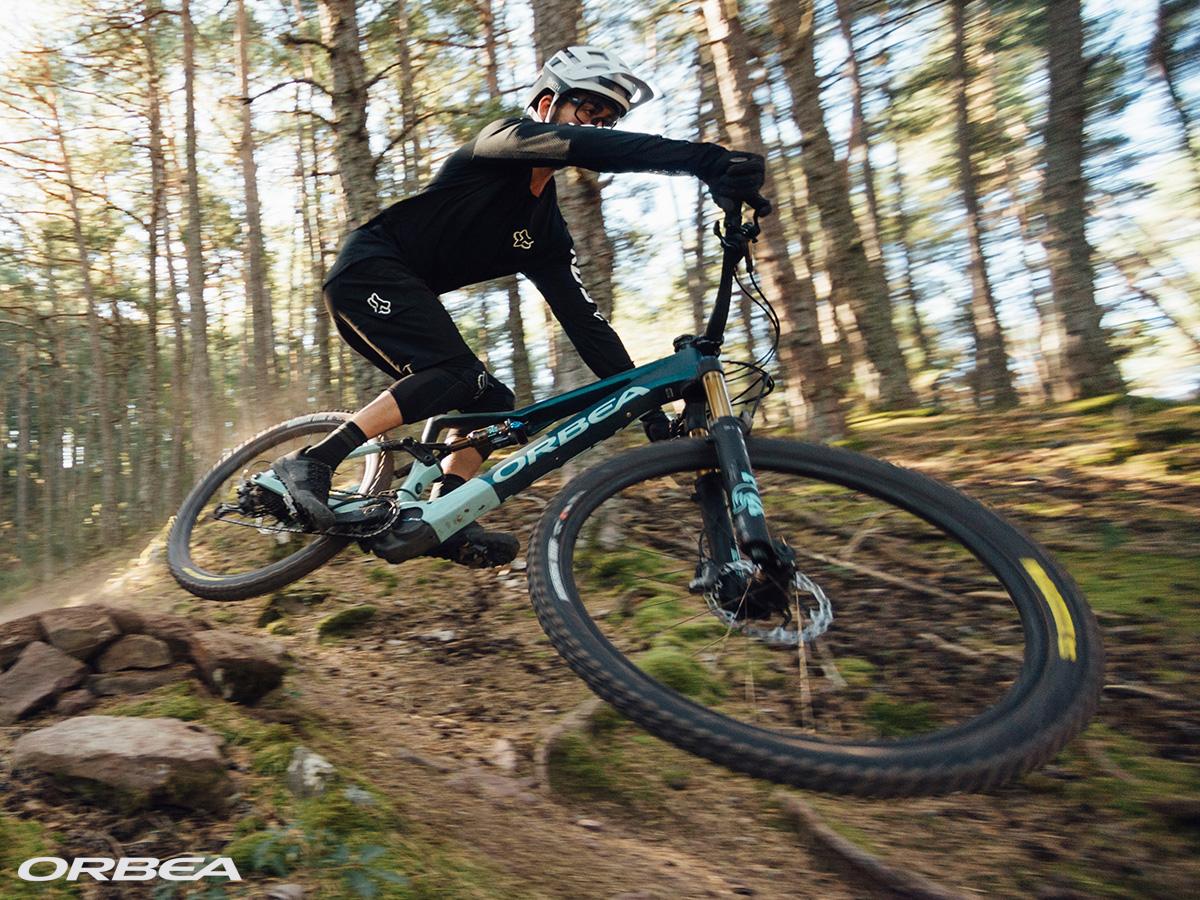 Un rider si diverte nei boschi in sella a una e-MTB Orbea Rise 2021
