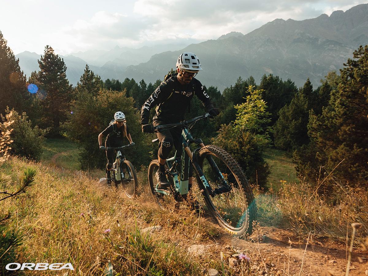 Due rider in salita in montagna sulle loro ebike Orbea Rise 2021