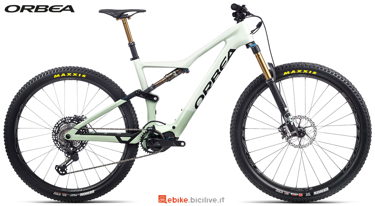Una mountain bike elettrica Orbea Rise M LTD 2021