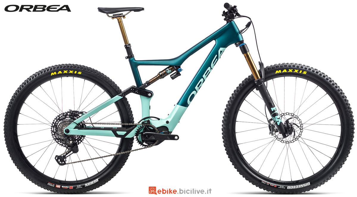 Una mountain bike elettrica full suspension Orbea Rise M Team 2021