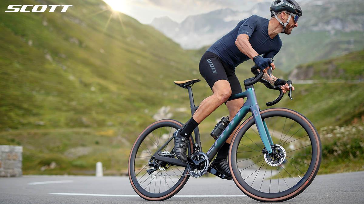 Un ciclista percorre una salita in sella a una bici elettrica da strada Scott