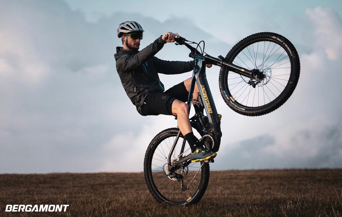 Rider impenna su una e-MTB biammortizzata Bergamont E-Contrail Expert 2021