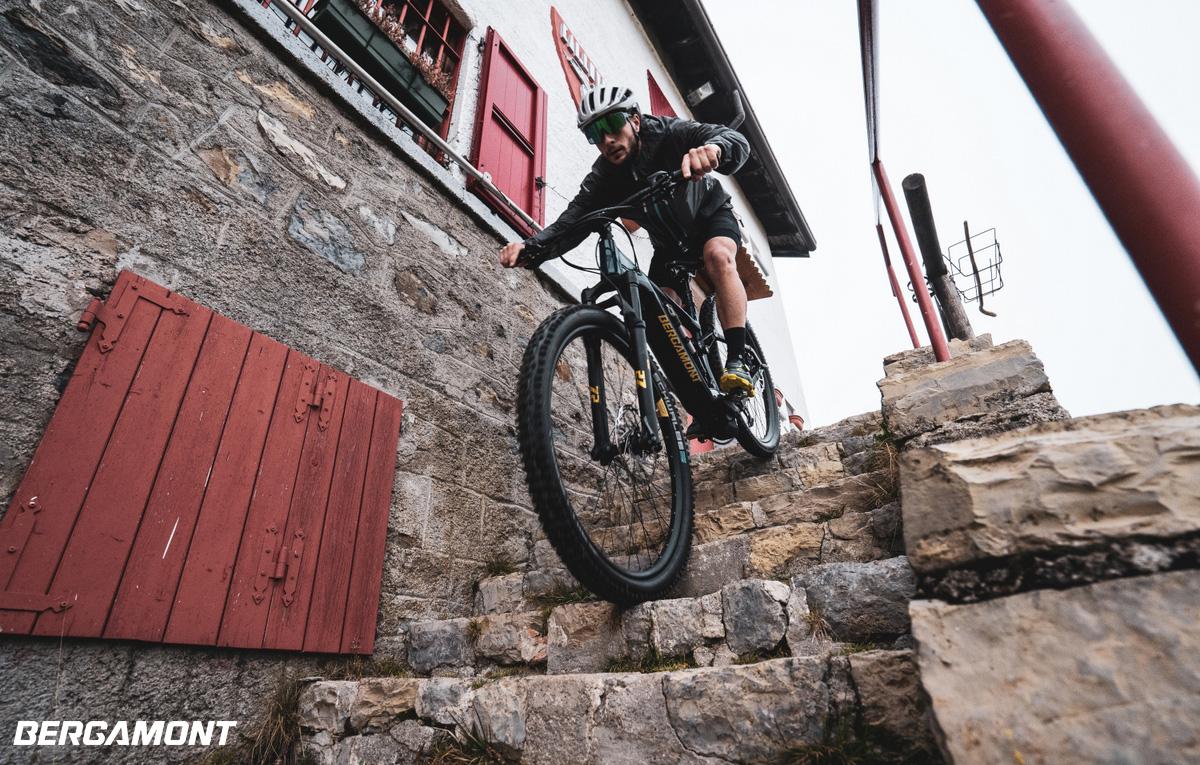 Rider scende una scalinata in pietra in sella a una eMTB Bergamont E-Contrail Expert 2021