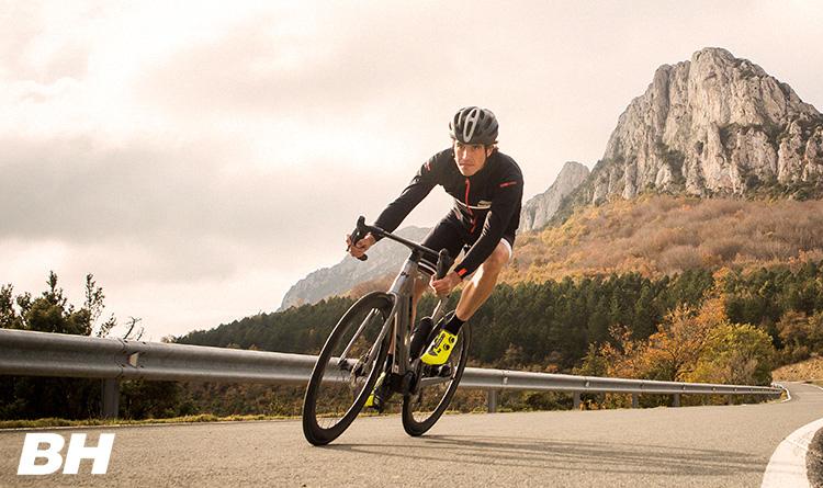 Un ciclista pedala in discesa su una e-Road BH Core Carbon 2021