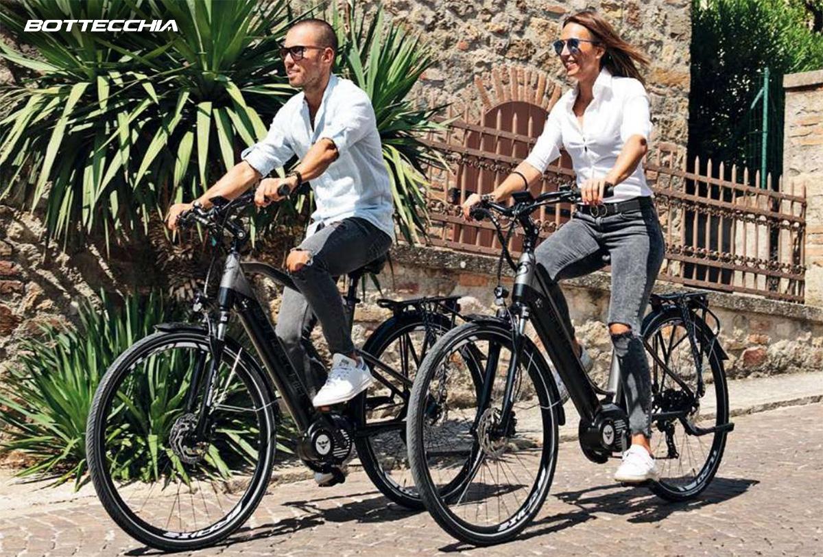 Una coppia pedala in città sulle nuove ebike trekking Bottecchia 2021
