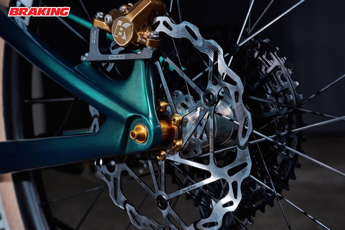 Dettaglio del disco e della pinza del nuovo impianto frenante Braking INCAS 2.0 montato su una bicicletta