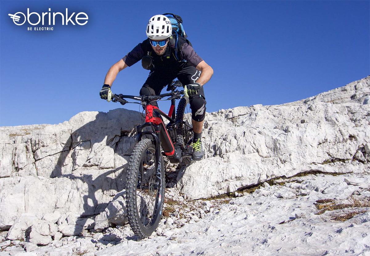 Un rider scende dalle rocce con una nuova e-MTB Brinke 2021