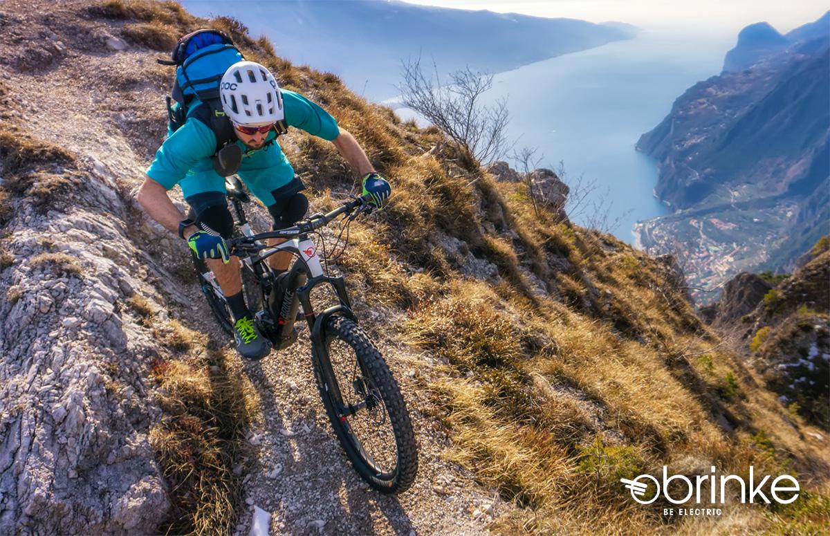 Un rider pedala su un percorso roccioso con una nuova mountain bike elettrica Brinke 2021