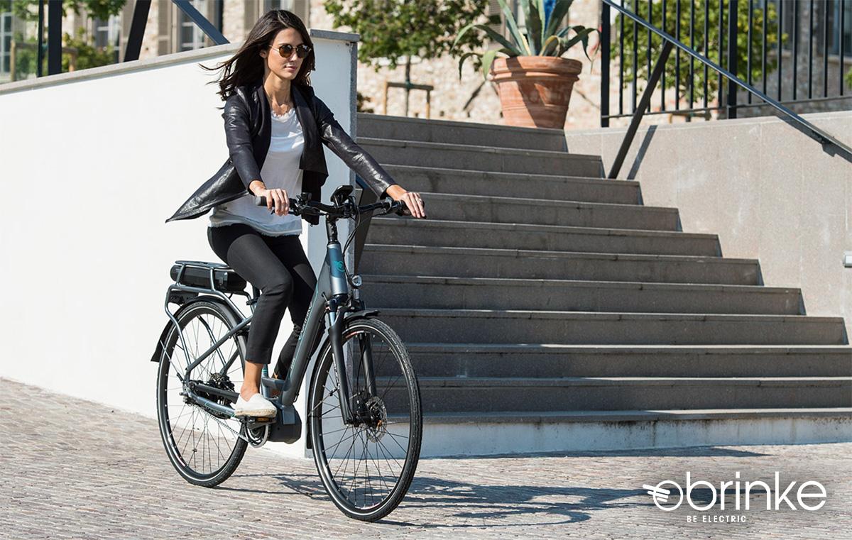 Una donna pedala sulla propria city bike elettrica Brinke 2021