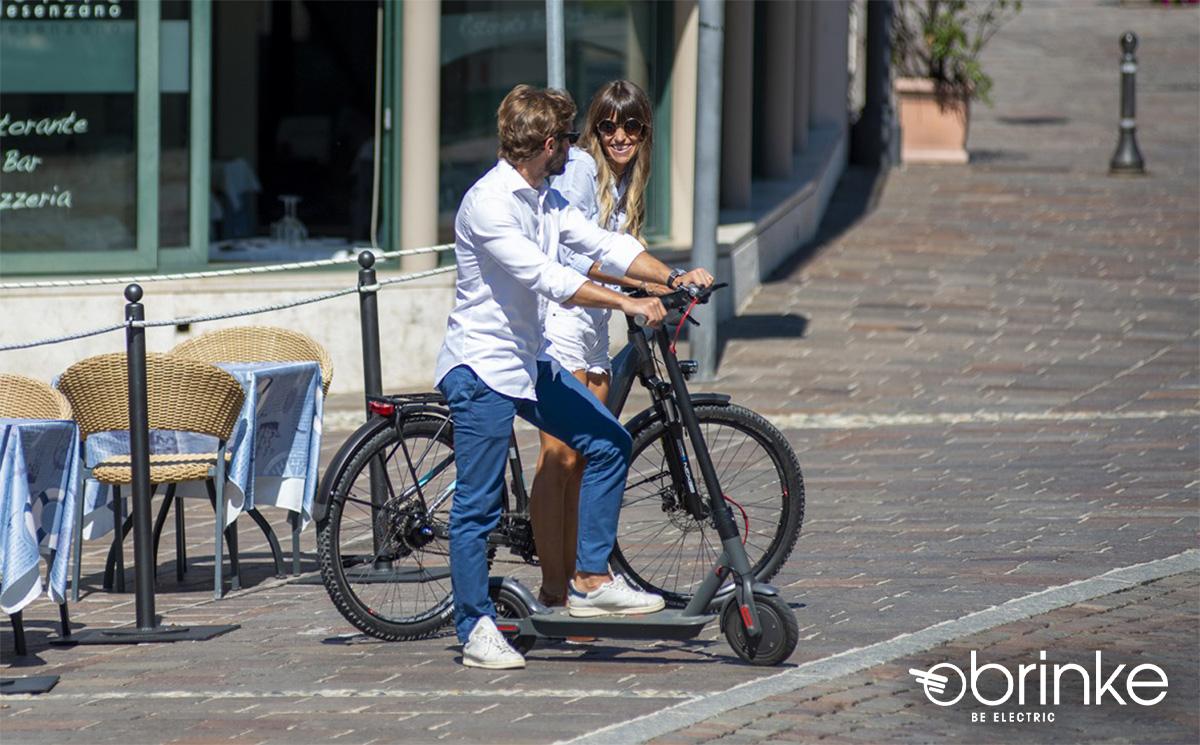 Una coppia in città utilizza una ebike da città e il nuovo monopattino Brinke 2021