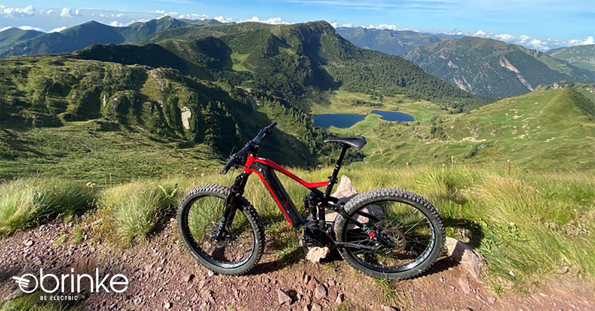 La Brinke X5R+ Race appoggiata a un sasso in cima a una montagna